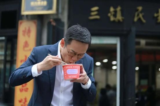 在武汉街头吃热干面